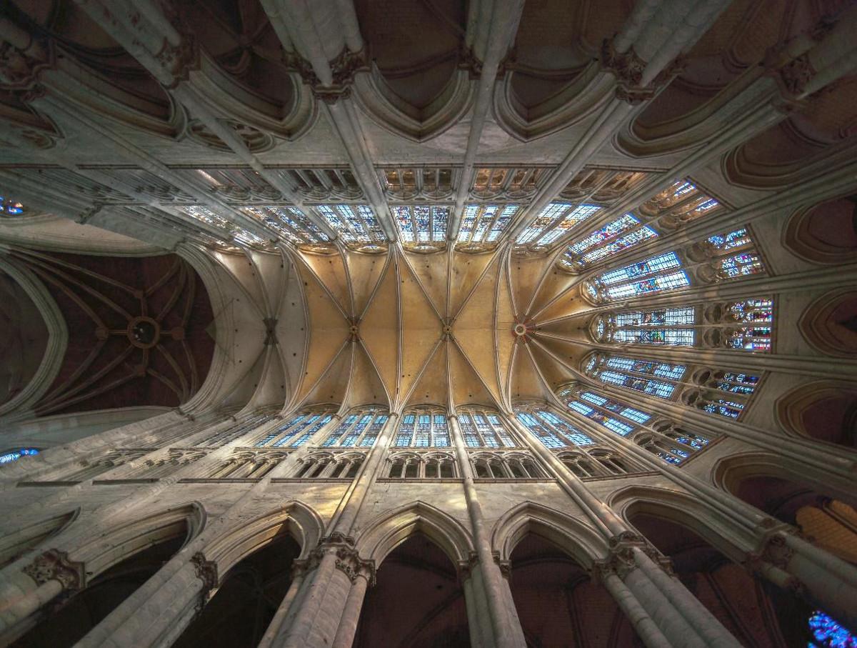 Abbildung - Kathedrale von Beauvais: Beim Bau der Kathedrale stürzte diese wegen zu großer Spannweiten der Arkaden teilweise ein. Auf Basis dieser Erkenntnisse entstand das höchste Kirchengewölbe der Welt.